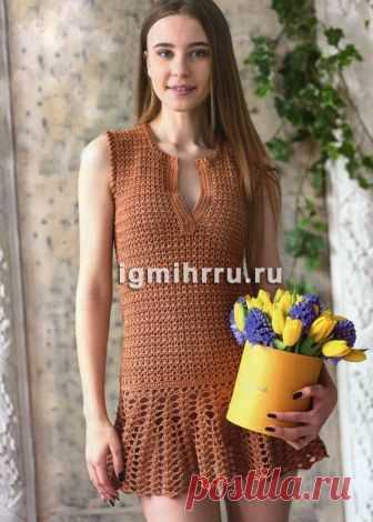 Летнее коричневое платье с широкой нижней оборкой. Вязание крючком
