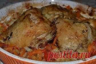 КУРОЧКА НА ОВОЩАХ Ингредиенты: · 3 курин. бедрышка  · 300г капусты  · 2 головки лука  · 2 морковки  · 1 помидор  · 1 болгар. перец  · 2-3 зубчика чеснока  · 4-5 ст.л. майонеза  · соль, перец  · зелень  Приготовление: Бедрышки посолить, посыпать перцем, смазать майонезом и оставить на 1 час в холодильнике. (Я сделала их с вечера).  Капусту мелко нашинковать.  Лук нарезать полукольцами.  Морковь нарезать кружками.  Перец нарезать длинной соломкой.  Помидор крупный нарезать к...