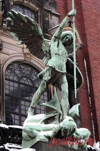 Архангел Михаил в скульптуре