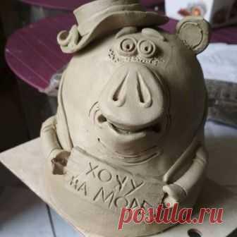 Ну вот, и у меня начинается....Поросячий бум))) Дама Свинка в интересном возрасте,но всё также мечтающая о море!! #копилкадляденег #копилка #керамическаясвинка #свиньякерамическая #свиньякерамика#авторскаякерамика #керамикаручнойработы #керамикаручнойлепки