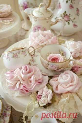 *~*~*~*~*~*~*~*~*~*~*~*~*~*~*~*~*~*~*~*~*~*~*~*~* Красива чашка чая с лепестками розы -  Чудесный, сладко-нежный аромат!  Не вечна роза и роняет, словно слёзы,  Те лепестки, что нас к себе манят.         Положим в чайник