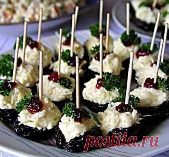 ФАРШИРОВАННЫЙ ЧЕРНОСЛИВ   Фаршированный чернослив – очень вкусное вегетарианское блюдо. Имеет обворожительный пикантный вкус, необычный внешний вид, способно удивить даже закоренелых гурманов.   Ингредиенты:  Чернослив - 24 шт.  Десертное вино - 2 ст. л.  Твердый сыр - 150 гр.  Грецкие орехи - 100 гр.  Сметана - 1 ст. л.   Приготовление:  При выборе чернослива необходимо обратить внимание на целостность и величину ягод. Ягоды надо выбирать крупные, не поврежденные ни изнут...