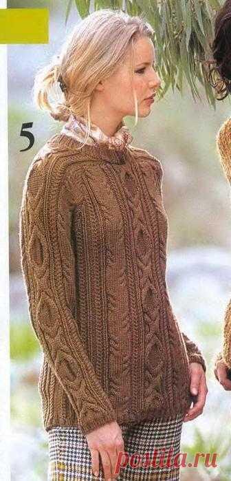 Коричневый пуловер с косами.