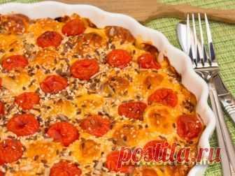 Потрясающий пирог с колбасой помидорами и сыром
