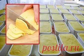 Домашний и натуральный: Этот сыр намного дешевле и полезней чем покупной!  Пошаговая инструкция приготовления домашнего сыра.  Рецепт:  Ингредиенты:  – 1 л. молока;  – 500 гр. творога;  – 60 гр. сливочного масла;  – 1 ч.л. соли;  – 1 ч.л. пищевой соды.  Приготовление:  1. Тщательно измельчите творог руками или с помощью обычной вилки. Добавьте к творогу молоко. Перемешайте ингредиенты и поставьте на огонь.  2. Как только молочная смесь начнет закипать, снимите кастрюлю с о...