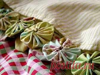 'Йойошки-йойошечки' Уверена, что каждый из читающих, хоть раз в жизни применял в своих работах 'йо-йо'. 'Йо-йо' (англ. «yo-yo flowers») - это определенным образом задрапированные круги из ткани, традиционно используемые в квилтинге, аппликации и пэчворке.