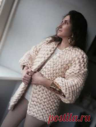 Купить или заказать Кардиган крупной вязки из мериноса в интернет-магазине на Ярмарке Мастеров. Кардиган из 100% шерсти новозеландского мериноса. Пряжа сделана вручную. Кардиган связан в модном стиле 'oversize'. Рукав 3/4. Кардиган из нежнейшего мериноса, он не колется, по этому его можно носить на майку или футболку. Очень теплый. При такой длине хорошо закрывает поясницу, но в то же время будет хорошо смотреться и с длинной и короткой юбкой.