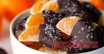 Десерт на старый Новый год - мандариновые дольки в шоколаде     - 5 мандаринов   - 100 гр. горького шоколада   - морская соль для посыпки (необязательно)
