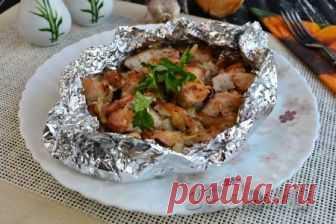 Куриное филе кусочками в духовке Очень вкусное куриное филе, приготовленное кусочками в духовке, можно подать к обеду или ужину с любым гарниром. Кусочки мяса получаются сочными, ароматными и по вкусу похожи на шашлык. Готовится блюдо совершенно просто, быстро и, наверняка, понравится многим!