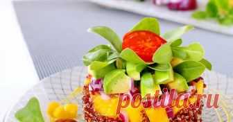 Тимбал от червена киноа с манго, авокадо и медено-горчичен сос
