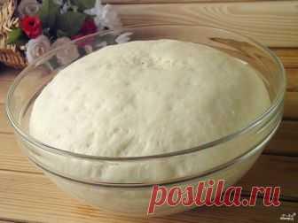 Тесто для пончиков дрожжевое  Чтобы приготовить вкусное тесто для пончиков, разведите дрожжи в теплой воде. Добавьте сахар и соль, муку. Сделайте опару. После добавьте остальную муку и растительное масло. Оставьте тесто в тепле для созревания на 1,5-2 часа. После тесто готово к жарке во фритюре. Жареные пончики обсыпьте сахарной пудрой и сложите в пакет, чтобы они отмякли. Удачи!  Ингредиенты:  Свежие дрожжи: 25 Грамм, Вода: 1 Стакан, Сахар: 2 Ст. ложки, Масло растительное...