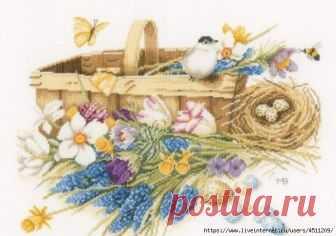 Птичка в корзине. Вышивка крестом.