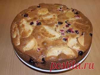 """Шарлотка.  Этот пирог всегда меня выручает, когда «гости на пороге», рецепт простой, выпекается быстро, продукты практически всегда есть в холодильнике. Что может быть проще - фруктовая начинка и сверху тесто. Никаких излишеств - все просто, почти до неприличия.  На самом деле рецептов шарлотки видимо-невидимо, как и версий ее происхождения. По одной версии название """"Шарлотка"""" произошло от испорченного французами староанглийского слова charlyt, что означает 'блюдо со сладк..."""
