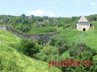 Хотинська фортеця.Знаходиться вона в місті Хотин Чернівецької області