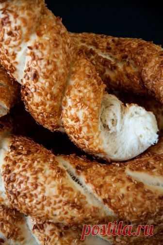 Симиты - турецкие бублики  •источник Домашняя Кулинария •    Симиты - турецкие бублики.Симит - бублик с кунжутом, распространенный в Турции. У него потрясающая хрустящая корочка, и обычно он впечатляющих размеров, хотя сам чащ…