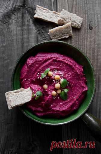 Свекольный хумус: Этот рецепт станет вашим коронным блюдом Свекольныйхумусочень питательный, сытный и содержит много полезных микроэлементов. Тем, кто соблюдаетпостили определенную диету, блюдо тоже будеткстати. Яркий хумус — хит сезона! Приготовлениесвекольного хумуса не на много отличается от приготовления классического хумуса, с той разницей, что