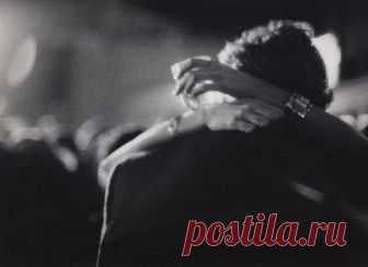 Лучшие стихи о любви Не убегайте от своей любви Не разрушайте маленькое счастье, Не говорите тихо:  Уходи , Когда душа разорвана на части. Не убегайте от своей любви ! Не стройте стен, они вам не спасенье. Себе не лгите, что свободны вы, Кто любит  обречен на заточенье. Не убегайте от своей…