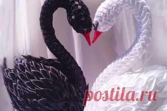 Как сделать лебедя своими руками Лебеди - изящные птицы, настолько привлекательные, что многие мастерицы так или иначе пытаются воплотить их образ в своем творчестве. А ещё пара лебедей прочно ассоциируется в нашем сознании с парой новобрачных, и этот символ также активно используется рукодельницами. В общем, от лебедей своими руками нам никуда не деться! И это приятно, поскольку их красота и грациозность всегда приятны взору. На нашем сайте мы собираем различные идеи, про...