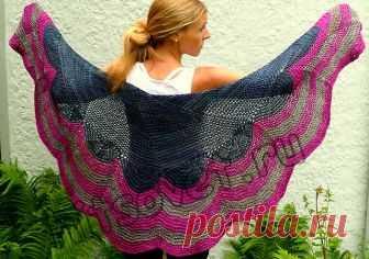 Полукруглая шаль спицами - Хитсовет Полукруглая шаль спицами. Красивая полукруглая шаль с пошаговым описанием вязания. Вам потребуется: 2 мотка основного цвета (МС), 2 мотка контрастного цвета 1 (СС1), 1 моток контрастного цвета 2 (СС2) пряжи The Plucky Knitter Traveler Aran, состоящая из 65% мериноса, 20% шелка, 15% шерсти яка; длиной нити 185 метров в 100 граммах, спицы № 7, маркеры, гобеленовая игла.