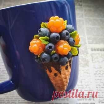 ✴️Кружечка ручной работы со спелой морошкой и сладкой черникой, выполнена на заказ
