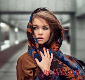 Как носить палантин на голове с курткой – как красиво завязывать палантин на голове (описание способов) Девушки используют палантины в любое время года. Современные производители предлагают широкий спектр аксессуаров, отличающихся материалом, плотностью, цветовой гаммой, орнаментом. Подобрав подходящее изделие, его можно использовать с пальто или курткой. Повязав шарф на голову, легко можно заменить шапку и согреться в прохладную погоду. Расскажем о самых интересных способ...