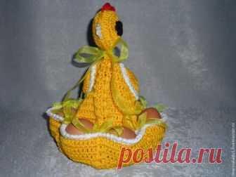Вяжем пасхальную курочку — забавную подставку для яиц Предлагаю вашему вниманию мастер-класс по изготовлению оригинальной подставки для яиц 'Пасхальная курочка'. Необходимые материалы для изготовления: 1. Пряжа двух цветов: белый и желтый (я…