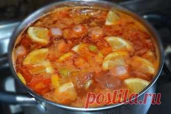 Суп-солянка  Суп-солянка пошаговый рецепт — очень простой рецепт. Его приготовление занимает минимум времени и сил. Кроме того, в качестве мясного компонента можно использовать то, что есть под рукой: сосиски, сардельки, колбасу различных сортов, говядину или свинину. В данном рецепте я использую сосиски.  Ингредиенты:  Сосиски — 2 шт. Лук — 1 шт. Морковь — 2 шт. Картофель -2 шт. Огурцы корнишоны — 5 шт. Оливки — 1 банка Лимон — 4 кружочка Подсолнечное масло Томатная паста...