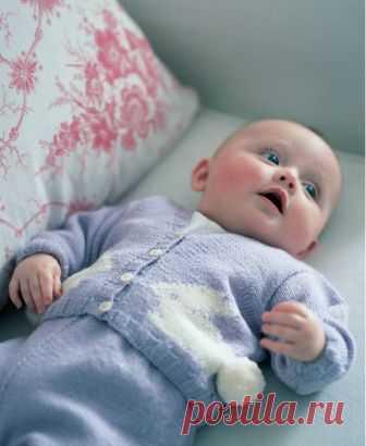 Кофточка с зайчиком для новорожденного Кофточка для новорожденного вязаная спицами с мотивом Bunny (Зайчик) от дизайнера Martin Storey. Перевод описания вязания кофточки для новорожденного с мотивом зайчика выполнен с английского языка.