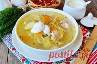 Суп с квашеной капустой и курицей  Подавайте горячий суп со сметаной, свежей зеленью и овощами. Если любите остренькие супы, то добавьте перец чили или молотый черный перец. Капусту перед варкой отжимать не обязательно, она дает более яркий вкус супу. Некоторые хозяйки даже вливают капустный рассол во время варки.  Итак, смотрите, как приготовить суп с квашеной капустой и курицей, и пробуйте!  Ингредиенты:  Куриное филе: 300 Грамм, Квашеная капуста: 250 Грамм, Картофель: 2...