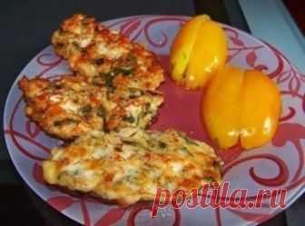 Куриные оладьи с сыром на кефире Ингредиенты: куриное филе - 2шт. сыр - 100г яйца - 2шт. кефир - 100г мука - 100г зелень соль, специи растительное масло