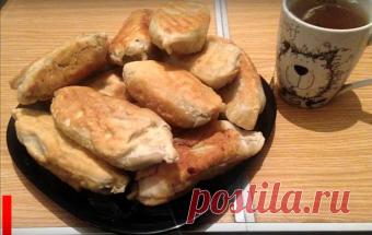 Пирожки с картошкой и грибами на сковороде. Тесто: Мука 0,5 кг Вода 250 мл Масло растительное 3 ч.л. Начинка: Картофель 1 кг Лук 2 шт. Грибы 0,5 кг
