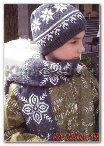 Двойная шапочка и шарф, с норвежским узором для мальчика  Размер: окружность головы 56 см. Длина шарфа - 1 м 40  Вам потребуется: Для шапочки - 100 г пряжи серого цвета и 40 г пряжи белого цвета (100 % мериносовая шерсть, 125 м/ 50 г).  Для шарфа - 150 г пряжи серого цвета и 100 г пряжи белого цвета (100 % меринос, 50 г/125 м).  Спицы № 3,5.  Резинка 1/1: попеременно 1 лиц., 1 изн. Изн. ряды вязать по рисунку.  Изнаночная гладь: лиц. ряды - изн. петли, изн. ряды - лиц. пет...