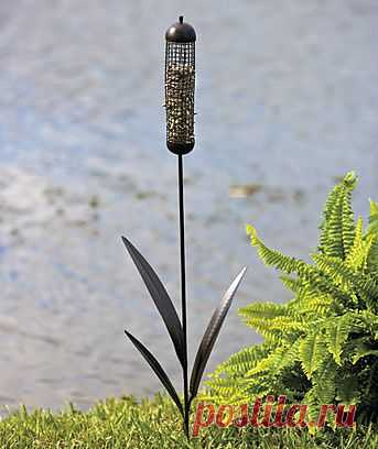 Очаровательная кормушечка для птиц на вашем дачном цветничке