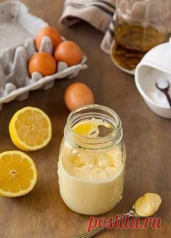 Домашний вкуснейший майонез.  И больше никакого магазинного!  Ингредиенты: 2 яйца 3 столовых ложки лимонного сока 1 чайная ложка дижонской горчицы 1/2 чайной ложки соли перец по вкусу 1,25 стакана оливкового или другого масла  Приготовление: 1. Взбейте в блендере все ингредиенты до воздушной густой однородной массы.  Приятного аппетита!