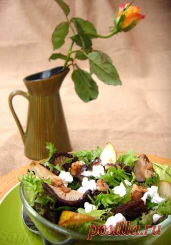Тёплый салат с грушами и сыром