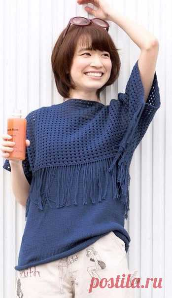Стильный и практичный комплект состоит из топа связанного спицами и укороченного пуловера с бахромой - крючком .Пуловер можно носить и с другими вещами из вашего гардероба (гольф,платье,блузка).
