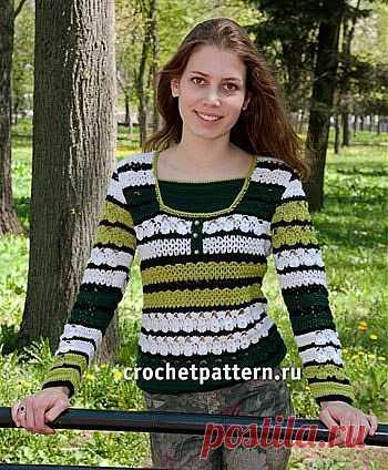 Женский пуловер в полоску.