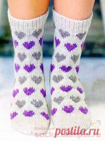Вязаные носки с разноцветными сердечками.