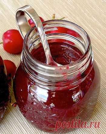 Вишневый джем с насыщенным вкусом, нежным ароматом цветущей вишни и потрясающе глубоким бордовым цветом.