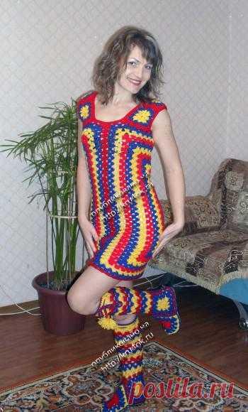 Разноцветное платье и сапожки из квадратных мотивов.