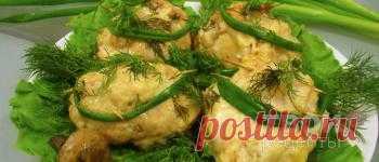 Ингредиенты на 4  порций Куриное филе 4 шт Грибы 4 шт Сыр твердый 100 г Майонез 200 г Лук зеленый 60 г Зелень 60 г Соль по вкусу Перец черный молотый по вкусу