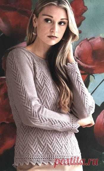 Вязаный женский пуловер с рисунком «стрелки» украшен зубчатой каймой.