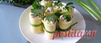 На 4 порции: Сыр твердый 400 г Лук зеленый 100 г Огурцы 100 г Ветчина 100 г Яйцо куриное 2 шт Майонез 100 г Петрушка (зелень) 60 г Соль по вкусу