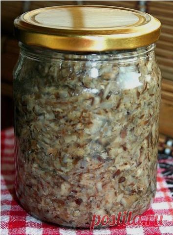 Сохраните, чтобы не потерять. СОВЕТ 1: ГРИБНАЯ ИКРА  На 2 кг отварных грибов: 1 большая морковь, 2 луковицы, 2 крупных помидора.  Овощи пропустить через мясорубку, добавить 0.5 стакана растительного масла, 2 ч. л. соли, щепотку сахара, перец черный молотый.  Тушить 10 минут, затем добавить грибы, пропущенные через мясорубку, тушим еще 20 минут.  В конце варки добавить 2 стол. л. уксуса и 5 зубчиков чеснока и по банкам.   ПРИЯТНОГО АППЕТИТА!