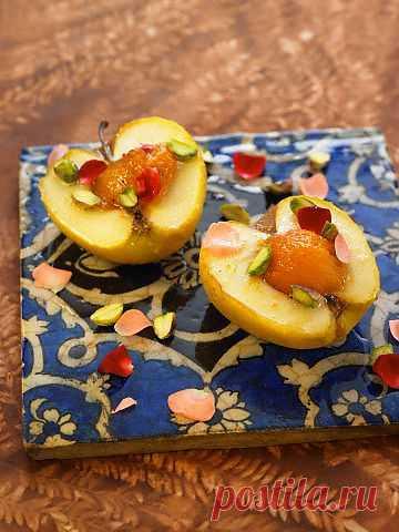 Этот рецепт очень популярен на востоке. Не избитое сочетание привычных и доступных ингредиентов - я бы так его охарактеризовала. Хрустящие яблоки, ароматные абрикосы, золотистый мед, имбирь для пикантности и фисташки в качестве завершающего мазка к кулинарному шедевру. Чтобы приготовить такой летний десерт понадобится 30 минут. Попробуйте и удивите своих близких.