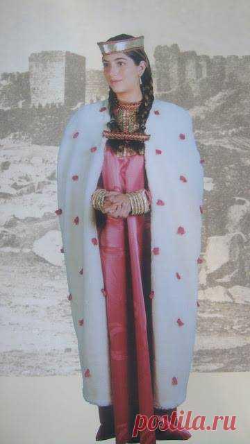 ԳՈՐԱՆԴՈւԽՏ ԹԱԳՈւՀՈւ ՏԱՐԱԶԸ💝 Կարսի թագուհին, Գագիկ թագավորի կինը՝ 10-րդ դարում, որի զգեստը ներկայացված է գրքում: ՏԱՐԱԶ Այս մանրանկարի՝ Գորանդուխտ կամ Դուխտ թագուհու տարազի բնագիրը գտնվում է Երուսաղեմի Հայոց մատենադարանում շատ եղծված վիճակում: Վ. Հացունին հրատարակել է այն իր <<Պատմություն հին հայ տարազին>> գրքում՝ միագույն և շատ անորոշ: Սակայն իր տրամադրության տակ ունենալով նաև գունավոր լուսանկարը, մանրամասն նկարագրում է այն, որի վրայից պատրաստվել է գրքում ներկայացված տարազը՝