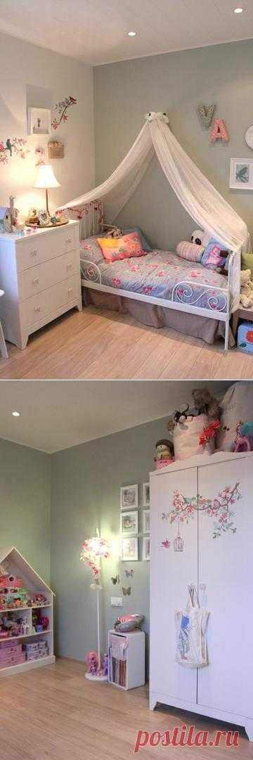 Детская для шестилетней девочки: игровая и спальня в одной комнате.