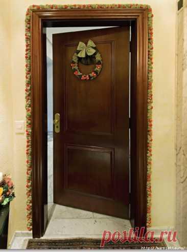 Как украсить входную дверь к празднику помпонами Как украсить входную дверь к празднику помпонами и цветочками йо-йо Читай дальше на сайте. Жми подробнее ➡