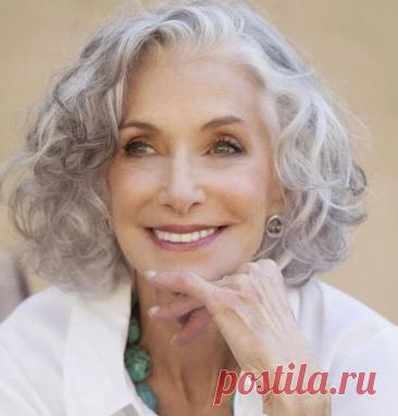 Почему седеют волосы ? Человек седеет, потому что перестает вырабатываться пигмент меланин, окрашивающий волосы. Его вырабатывают особые клетки — меланоциты. Они сидят в основании волос. Потом меланин передается в клетки растущего волоса — кератиноциты.