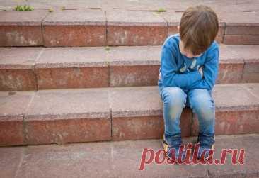 """ЕСЛИ РЕБЕНКА ОБИЖАЮТ СВЕРСТНИКИ Научите правильно отвечать обидчикам  Способ 1: Игнорирование  Забияки почти всегда сдаются, когда понимают, что их игнорируют. Оставшись без желанного внимания и эмоциональной подпитки, они прекращают нападки.  Кроме того, ребенок может защищаться словами вроде: """"Твои слова не могут мне никак навредить, говори что хочешь и сколько хочешь – меня это вообще не волнует"""". Предупредите детей, что хулиганы могут не сдаваться сразу же и продолжат ..."""